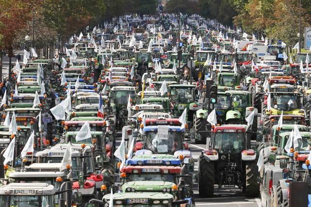 Sur les engins garés autour de la place... (PHOTO CHARLES PLATIAU, REUTERS)