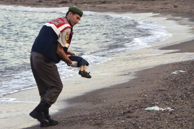 La photo du corps du plus jeune des... (Associated Press)