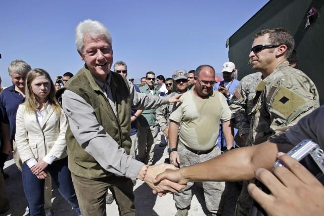 Chelsea Clinton (à gauche, arrière-plan) en compagnie de... (PHOTO LYNNE SLADKY, ARCHIVES AP)