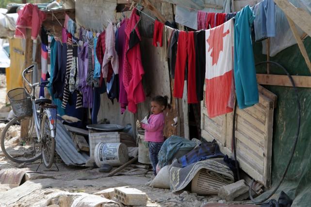 Une jeune réfugiée syrienne devant la cabane occupée... (Photo JOSEPH EID, archives AFP)