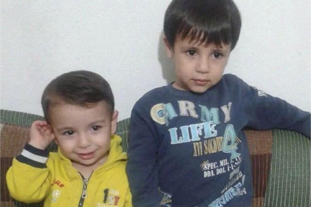 Alan et son frère Galib Kurdi sont vus... (PHOTO FOURNIE PAR TIMA KURDI)