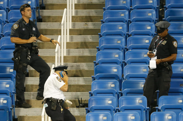 Le drone a bourdonné sur le court du... (Photo Kathy Willens, AP)