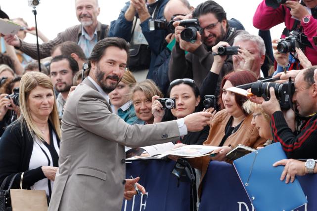 Keanu Reeves a signé des dizaines d'autographes à... (Photo Lionel Cironneau, AP)