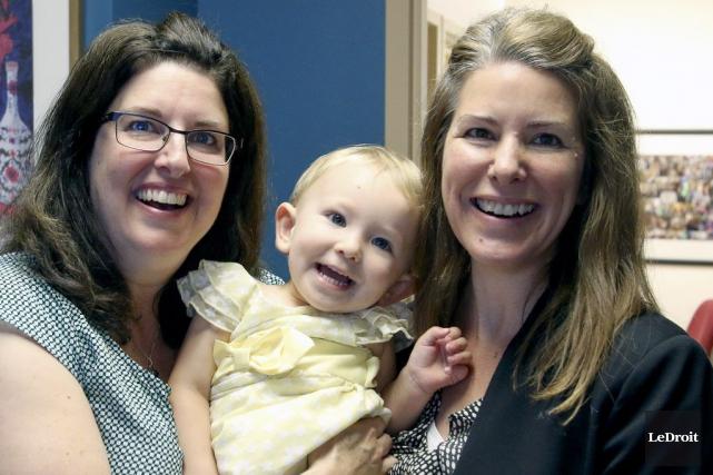 Gina Hedges, la petite Katherine et sa mère... (Patrick Woodbury, LeDroit)