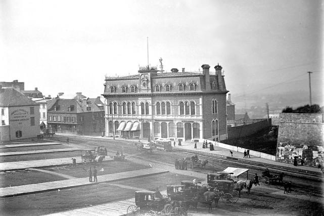 En 1890, le YMCA de place D'Youville était encore bien loin de devenir le futur... (BAnQ, P546, D3,P6  Fred C. Würtele)