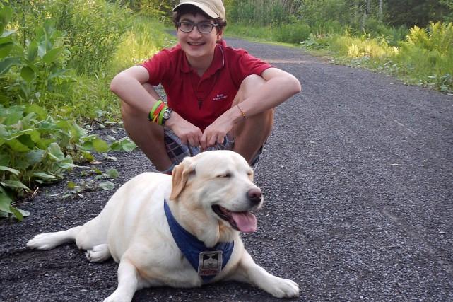 Jules, âgé de 15 ans, avec sa chienne... (Photo fournie par la famille)