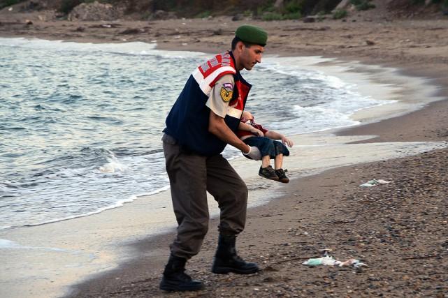 Un policier turc transporte le corps du petit... (PHOTO AP)