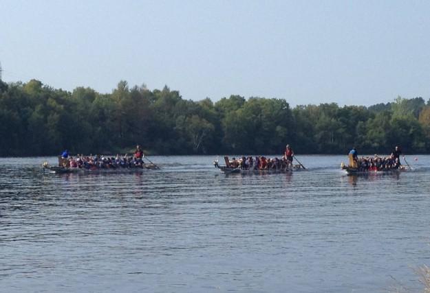 Dimanche, c'était jour de compétition de bateau-dragon dans... (Photo: Vincent Gauthier)