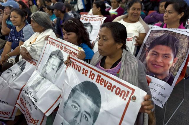 Des proches des 43 victimes attendaient impatiemment les... (PHOTO OMAR TORRES, AFP)