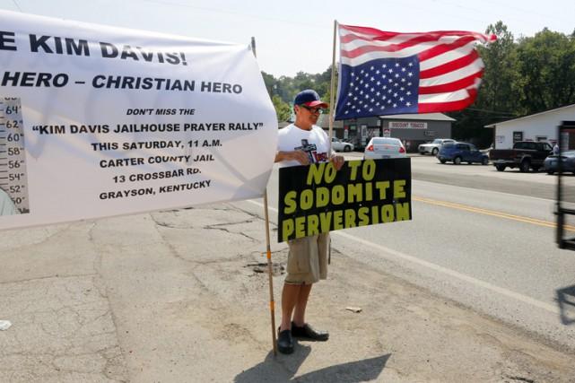 Des supporters de Kim Davis ont manifesté devant... (PHOTO AP)