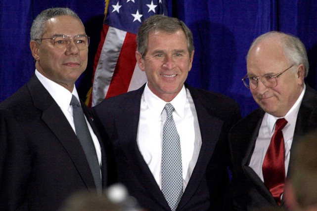 George W. Bush entouré de Colin Powell et... (ARCHIVES AP)