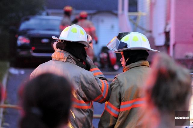 Vingt pompiers ont été mobilisés pour combattre l'incendie.... (Photo Le Quotidien, Mariane L. St-Gelais)