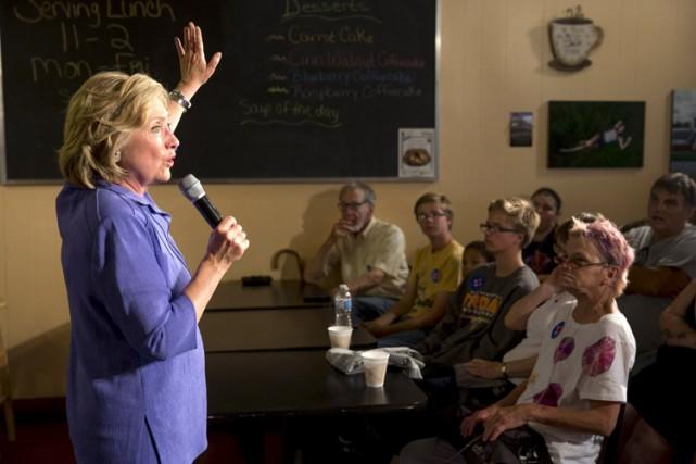 Hillary Clinton s'est exprimée dans un café de... (PHOTO REUTERS)