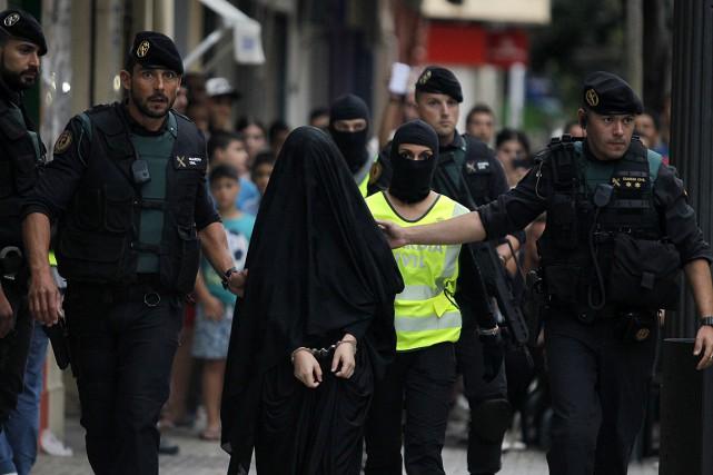 La police a aussi arrêté samedi une jeune... (PHOTO JOSE JORDAN, AFP)
