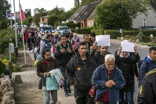 Des migrants arrivant d'Allemagne par ferry et par... (Photo Per Rasmussen, AP)