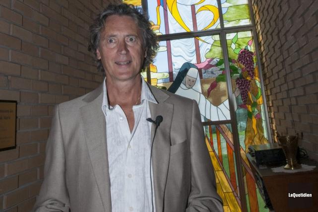 L'artiste verrier Harold Bouchard est heureux de procéder... ((Photo Le Quotidien, Michel Tremblay))
