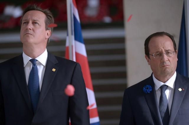 Dans la soirée, David Cameron etFrançois Hollandese sont... (ARCHIVES AFP)