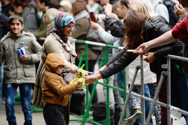 De nombreux citoyens allemands ont accueilli les réfugiés... (PHOTO ANDREAS GEBERT, AFP)