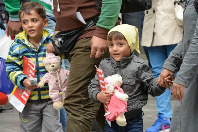 Ces deux jeunes réfugiés semblaient heureux et soulagés... (PHOTO KERSTIN JOENSSON, AP)