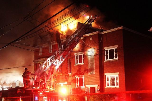 Le bâtiment qui a été la proie des flammes vendredi soir sur la rue Wright a... (Étienne Ranger, LeDroit)