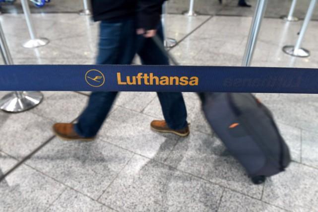 Plus de 500 vols de la compagnie seront... (Photo Arne Dedert, AP)