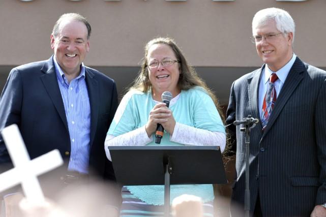 Très émue, Kim Davis est d'abord restée de... (PHOTO AP)