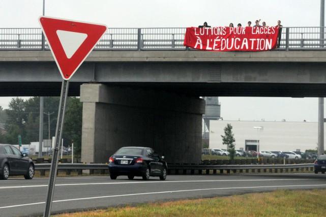 Une dizaine d'étudiants du Cégep de Drummondville ont pris d'assaut un viaduc... (Photo collaboration spéciale Éric Beaupré)