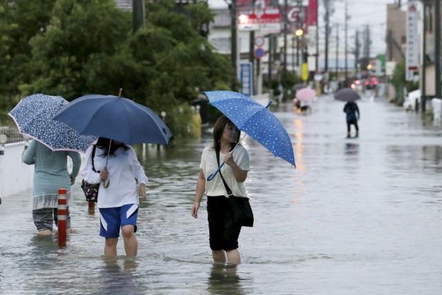 Le typhon Etau, le 18e de la saison en Asie, a touché mercredi matin... (PHOTO AFP)
