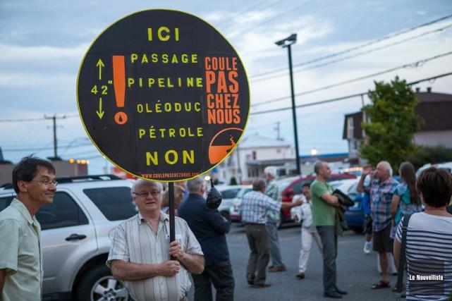 Guy Provost avait apporté cette affiche mercredi soir... (Photo: Olivier Croteau, Le Nouvelliste)