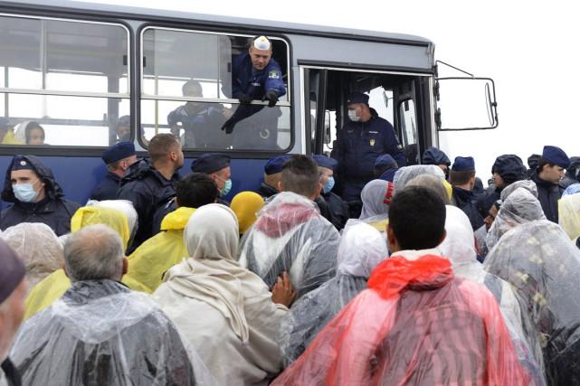 Des migrants et des réfugiés arrivés en Hongrie... (PHOTO ZOLTAN GERGELY KELEMEN, AP/MTI)