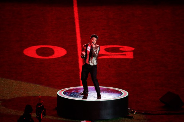 Bruno Mars au centre du terrain lors du... (Photo Charlie Riedel, Archives Associated Press)