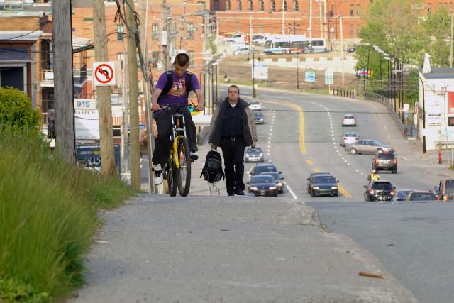 À Sherbrooke, circuler à vélo sur les trottoirs est une pratique répandue et... (Archives La Tribune)