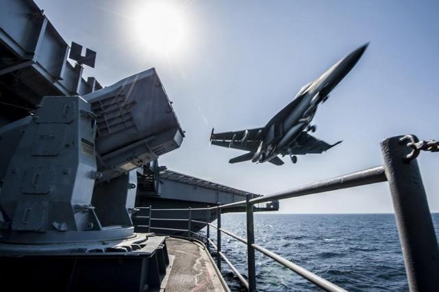 Un F/A-18 américain décolle du porte-avions USS Carl... (PHOTO ARCHIVES REUTERS)
