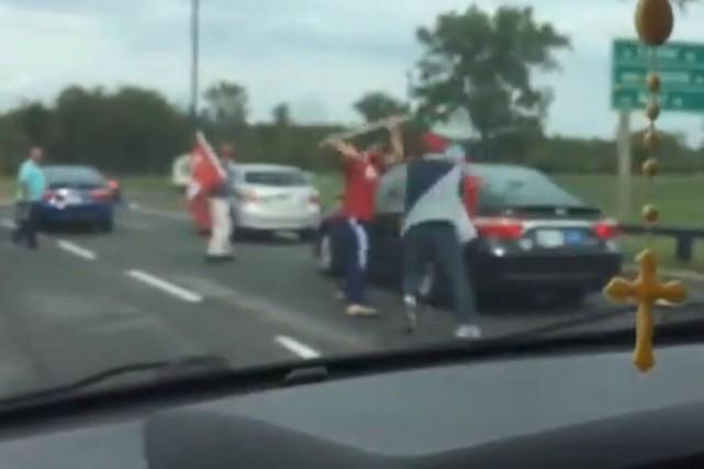 Des grévistes prennent à partie un taxi de... (Image tirée de YouTube)