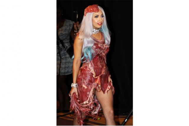 Lady Gaga avait porté cette robe improbable lorsqu'elle... (PHOTO AFP)