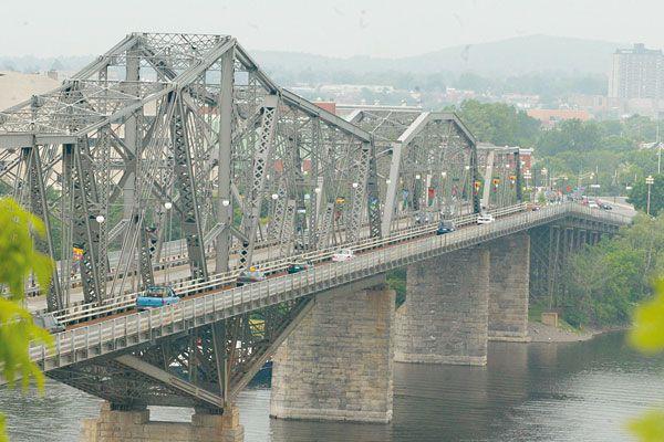 Un homme de 44 ans a été gravement blessé en chutant du pont Alexandra peu... (Archives, LeDroit)