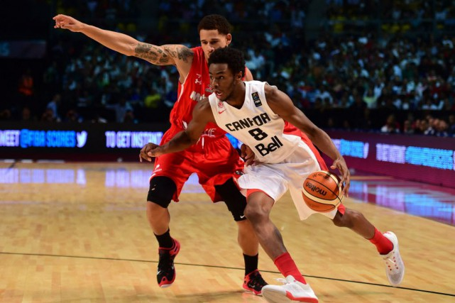 Andrew Wiggins (à droite)... (Photo RONALDO SCHEMIDT, archives AFP)