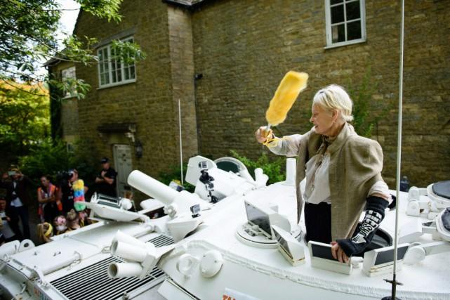 Westwood, 74 ans, vêtue d'une cape grise et... (PHOTO LEON NEAL, AFP)
