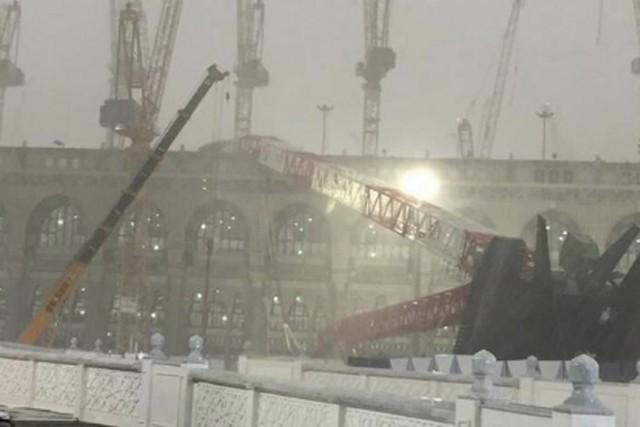 Une grue s'est écroulée sur la Grande mosquée... (PHOTO TIRÉE DE TWITTER)