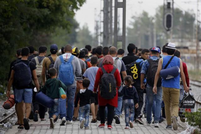 Alors que les réfugiés continuent d'affluer sur les... (Photo Yannis Behrakis, Reuters)