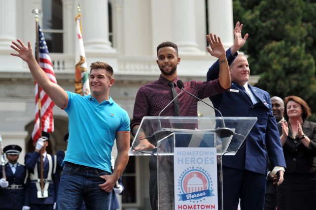 Spencer Stone, Alek Skarlatos et Anthony Sadler saluent... (Photo JOSH EDELSON, AFP)
