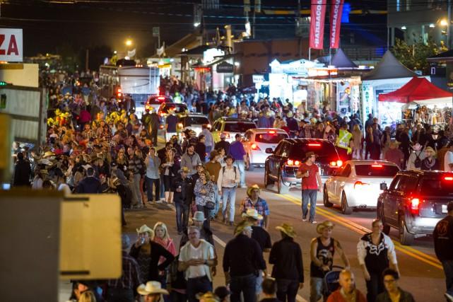Quelque 600 000 personnes participent au Festival western... (PHOTO: OLIVIER CROTEAU)