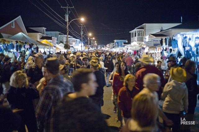 Des milliers de personnes déambulent dans les rues... (PHOTO DAVID BOILY, LA PRESSE)