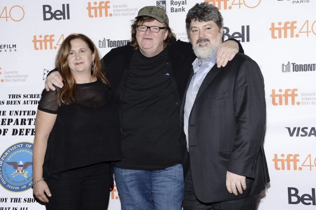 Tia Lessin, Michael Moore et Carl Deal... (Photo Evan Agostini, Associated Press)