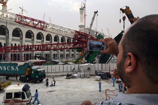 Un homme photographie la structure qui s'est effondrée... (PHOTO AFP)