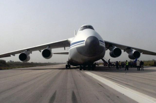 «Deux avions russes ont atterri aujourd'hui à l'aéroport... (PHOTO AFP)