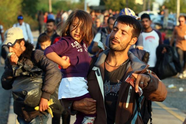 Des migrants et des réfugiés traversent la frontière... (Photo Ronald Zak, AP)