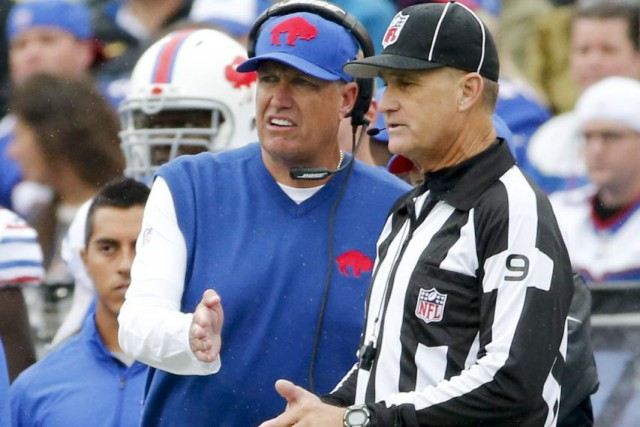 Rex Ryan en discussion avec un arbitre.... (PHOTO AP)