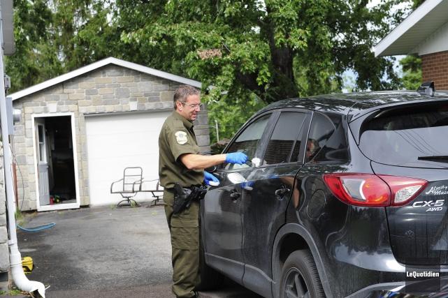 Des agents de la Sûreté du Québec prélevaient... ((Photo Le Quotidien, Gimmy Desbiens))