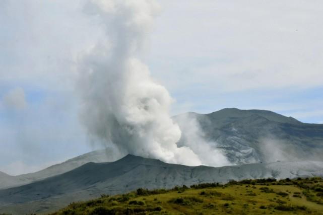 Le Japon a demandé lundi aux touristes de s'éloigner du volcan Aso qui est... (PHOTO AP)